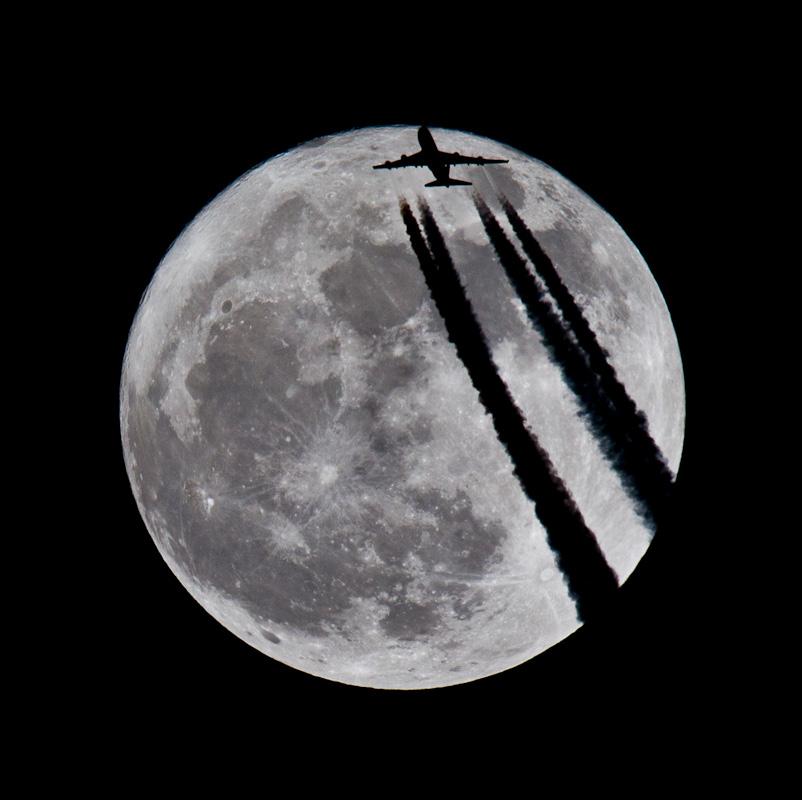 Jet im Mond